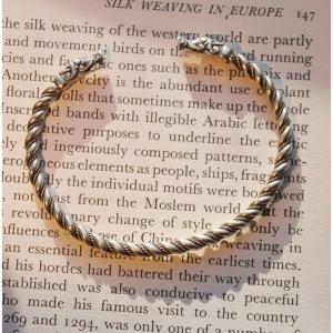 62. Тонкий витой браслет с миниатюрными головками дракончиков