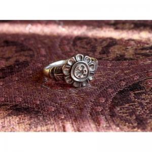 74. Перстень маленькая птичка в цветке-розетке. Русский XVII век
